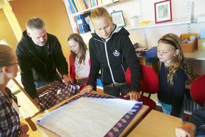 Agnes Andersson från Västanbäck får hjälp av pappa Pär Andersson, och Isabelle Andersson från Höglunda tar hjälp från manna Linnea Andersson med att fästa papper i skolbänken.