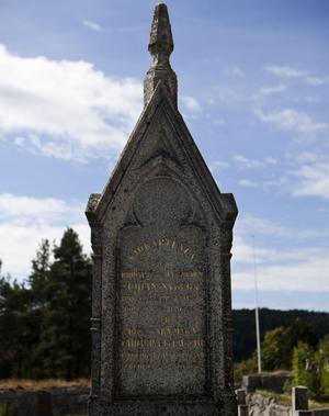 Johan Nybergs gravsten är av nygotiskt snitt.