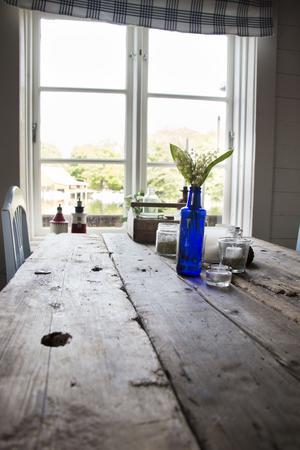 Matbordet är tillverkat av en gammal träplanka som fanns i båthuset. En granne har berättat att den kommer från ett fartyg som förlist i bukten utanför.