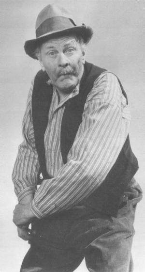 Tack vare Gösta Sandin hamnade seriefiguren Åsa-Nisse på filmduken. Här John Elfström i klassisk Åsa-Nisse-Stil.