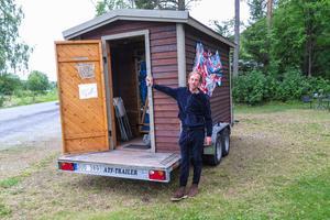 """Besökarna i och vid Hoverbergsgrottan på lördag bjuds också på musik och fotoutställningen """"99 dagars snö"""". Och de kan bada bastu i """"Artsaunan"""", en bastu på ett finskt släpvagnsunderrede som Anton Wiraeus byggde tillsammas med några vänner för fyra år sedan."""