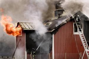 """totalförstörd.  En villa i centrala Skutskär totalförstördes i en brand på söndagen. """"Det var besvärligt att släcka, eftersom det var ett gammalt hus med många skrymslen och vrån. Till slut fick vi hjälp av en grävmaskin som lyfte bort taket och då gick det lättare"""", säger Kenneth Rosenqvist, inre befäl på Gästrike räddningstjänst. Ingen kom till skada i branden."""