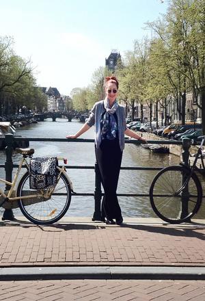 Kanaler och cyklar. Hellena utanför huset i Jordaan i Amsterdam. Foto: Malva Cederlund