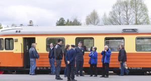Konduktören Martin Stenberg tillsammans med några av de sjuttiofem resenärerna som kom till Sveg med rälsbuss.
