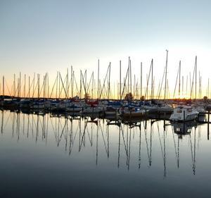 Bilden tagen vid marinan Öster Mälarsrand en kväll just när solen lämnar dagen och mörkret smyger sig på.