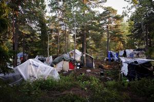 Att människor inte kan avhysas från illegala tältläger och kåkstäder är ett bevis på politisk flathet, skriver debattörerna.