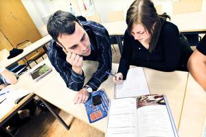 Volonterande matteläraren Göran Norell hjälper Hanna Andersson som går tekniktrean på Polhemsskolan.