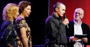 Helena Engberg och Åsa Bergström Shanine delade ut priset till Årets Unga Företagare, Martin Helmersson, Föllinge såg, som här förmedlar sin glädje utmärkelsen . Gert Fylking ställer frågorna.