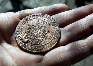 Ett kopparmynt från 1600-talet hittades  i resterna av en avfallshög under Stortorget.
