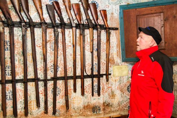 – På gården tillverkades jaktbössor, berättar Jan-Åke Karlsson. Flera av dem hänger inne i köket.