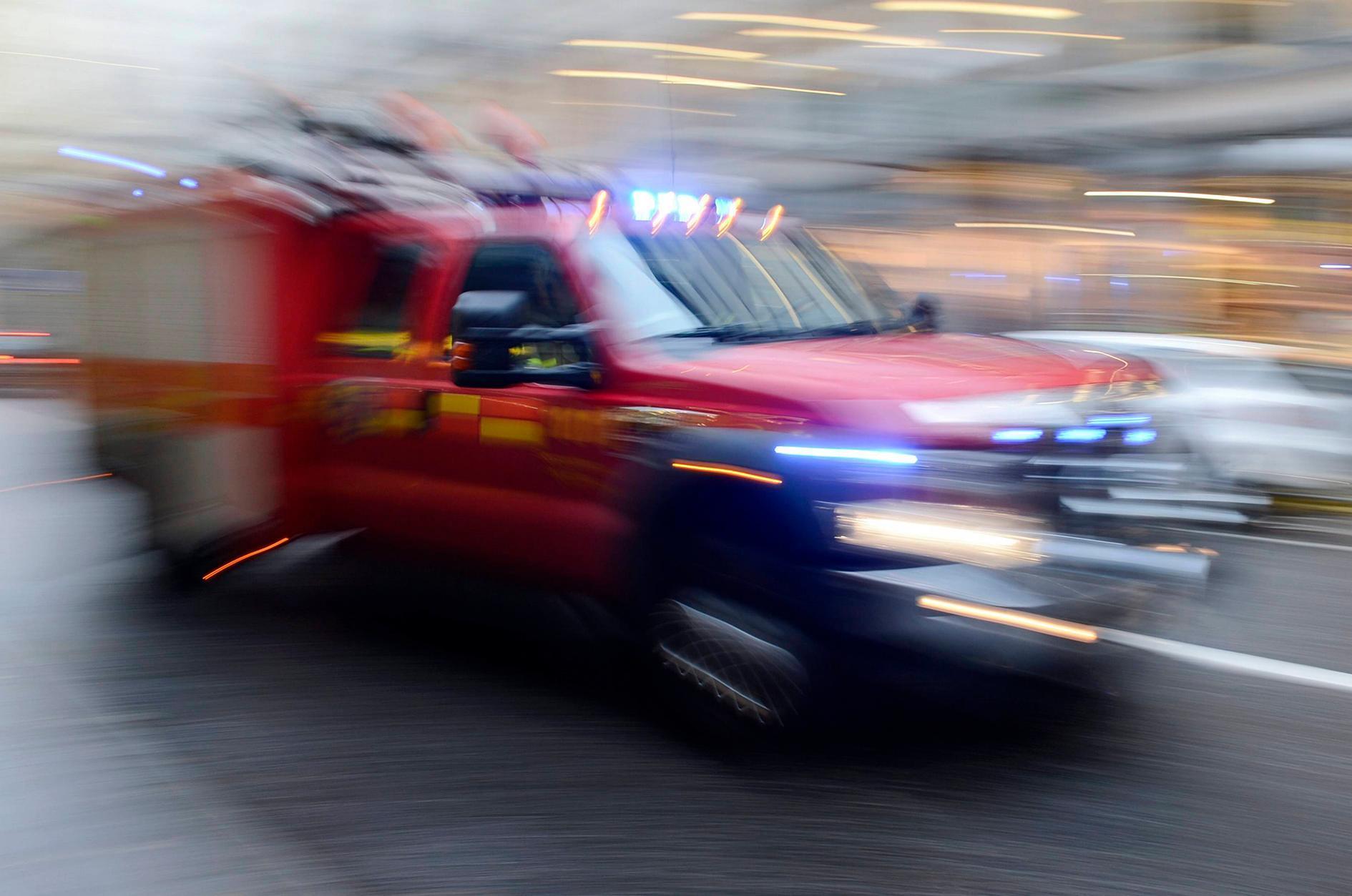 Larm om trafikolycka på E16 i Yttermalung – personbil har kört in i husvagn
