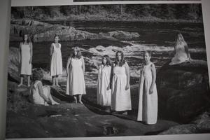 Foto med konstnärsgruppen som hälsingeflickor i skira klänningar.