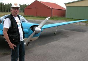 Flygare. Göran Roth bjöd tidningen på en flygtur i Gagnefs flygklubbs nya motorseglare. Foto:Maja Berg