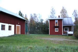Anna-Charlotta Lindh Brånby och Gabriel äger redan en liten gård i Högen. De tänker bosätta sig permanent och vill då bygga på fastighetens mark ner mot Storsjön.