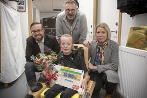 Korpenföreningen Heros får 50 000 kronor av Postkodlotteriets Idrottsstiftelse. Nora Jern som är elhockeyspelare i klubben fick ta emot blommor och en check av, till vänster i bild Martin Kihlström bakom och bredvid Nora, Christer Ringh och Noras mamma Elin Persson.
