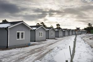 16 nya stugor och ett nytt stort servicehus byggdes i Fläsian i fjol. Men flera av företagen väntar fortfarande på att få betalt, totalt uppskattningsvis tre miljoner kronor. Men ägaren vill inte betala eftersom han anser att de gjort ett dåligt jobb.