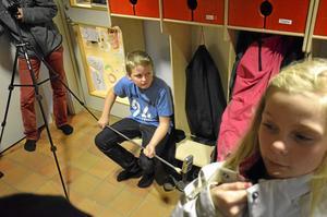 Regi-assistent. Elias Liljebjörn har hand om ljudupptagningen under en av filminspelningarna. Scenen får tas om flera gånger då det visar sig lättare sagt än gjort för skådespelarna att låta bli att se in i kameran.