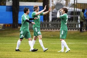 Klapp och klang. Östavalls Elliot Kårelind och Yaroslav Voloshin jublar efter 5–0-målet mot Stöde inför ögonen på lagkamraten Jens Gustafsson.