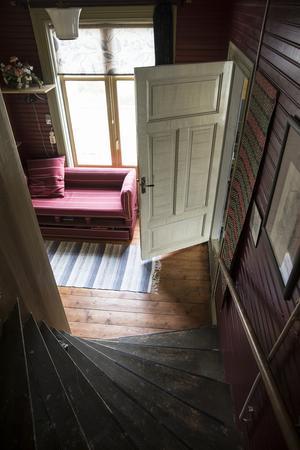 Från övervåningen tar du dig till mittenplan.