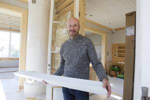 Tomas Fransson är mitt uppe i arbetet med att renovera.