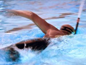 Ragnar Johansson simmar 1,5 kilometer varje vecka. Det tar honom tio minuter längre vid nyss fyllda 65 att simma den sträckan än vad det gjorde för tio år sedan.