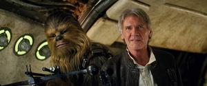 Harrison Ford gör åter igen rollen som Han Solo. Och självklart finns Chewbacca vid hans sida.