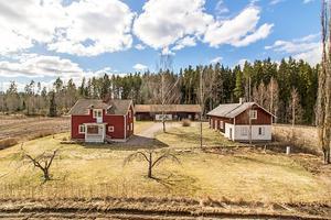 Mindre gård med både åker och skogsmark om ca 5 hektar.