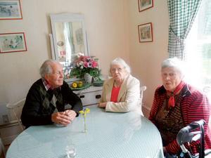 Lisa Karlsson 97 år flankeras av Rune Jansson 81 år och Rut Sörman 91 år vid Sofielundsbesöket.