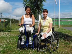 Amanda Segelmark i sin nya Addseat tillsammans med fordonets uppfinnare Marit Sundin. Marit är uppvuxen i Hedemora och har vunnit sex VM-guld i sitski och ett guld i Paralympics.