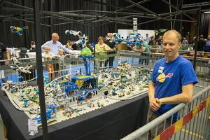 Jonas Dahlins Lego från 80-talet väcker minnen hos besökarna.