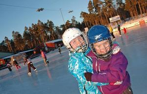 ROLIGT PÅ ISEN. Vännerna Millicent Larsson och Vega Andersson har buskul på bandyplan på Skutskärs IP.