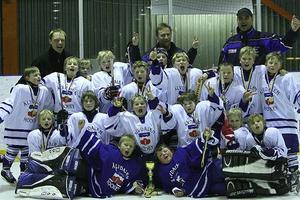 Vi vann. Så här glada var Älvdalens U10-lag efter cupsegern i Borlänge. Foto: Torbjörn Nilsson