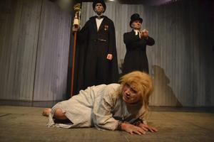 Marit anklagas för häxeri och döms till döden av de självgoda och besuttna, påhejade av en skrikande mobb.   Foto: CHARLOTTE LAUTMANN