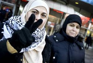 Laila Saleh och Amer Dahman berättade om sina telefonsamtal med släktingar i Gaza. När bilden skulle tas tog Laila på sig den svartvita halsduken och gjorde v-tecknet.
