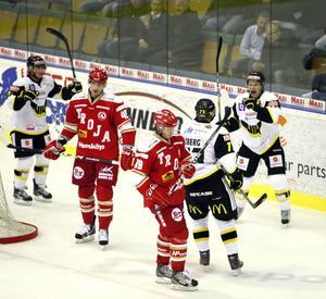 Gulsvart succétrio. VIK Hockeys förstalina med Broc Little (till vänster), Peter Öberg och William Karlsson hittade kemin redan på försäsongen. I kväll ska LÖK-kedjan leverera mot Borås i ABB Arena.
