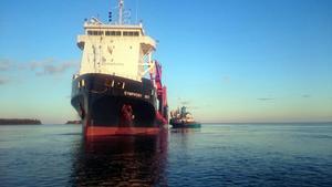 Fartyget Symphony Sky fick hjälp av bogserbåten Kempe att komma loss från grundet.