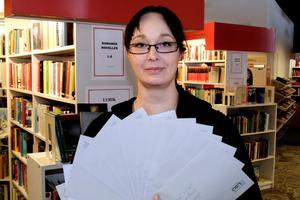 Marie Hjalmarsson visar upp brevbunten med tävlingsresultatet som nu skickas ut till deltagarna.