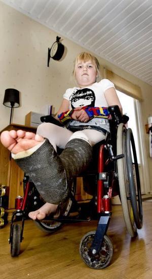 Kan inte träna. Efter olyckan när bilstolen åkte fram och klämde Nickis fötter kan hon inte längre träna på att gå. Nicki lider av Ehlers Danlos syndrom och har dåliga leder, men normalt kan hon ändå gå korta stunder.