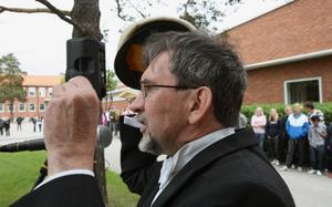 Mössa på!, beordrades av Kjell Sundström, fransklärare på Slottegymnasiet och omtyckt talare.
