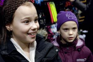 Liv och Ida Ängerud, Husum– Vi ska köpa örhängen, det är en julklapp i förskott från mamma. I julklapp har vi önskat oss en tv (Liv) och monster-high-dockor (Ida). Vi ska vara hemma och fira jul med familjen.