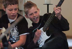 Alex och Tim spelar elgitarr.