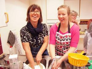 Lena Wallde och Jenny Claesson jobbar på Vallens förskola. Vi träffade dem när de stod och diskade. Någon ska ju göra det också.