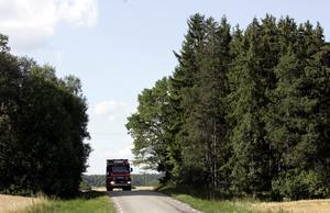 Sliter hårt. En lastbilsskatt är rättvis då samtliga tunga fordon som sliter på vägarna är med och betalar. Idag slipper utländska åkerier helt dessa kostnader, skriver debattörerna. foto: scanpix