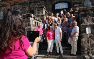 Karin Perers, ordförande i Dalarnas bygdegårdsdistrikt fotograferar besökarna från Boverket på Verkets trappa. Foto: Eva Högkvist