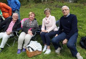 Drygt 100 personer fanns på plats midsommaraftonen. Bland dem Ulla och Karl-Ove Dahlin och Inger och Bengt Nilsson som likt de övriga hade picknickkorgen med sig.   – Vi fyra har firat midsommar tillsammans i 40 år. Men det är första gången här på skansen i Långå, sa Karl-Ove.