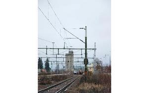 """""""Bommarna kan vara nere för att det är ett tåg på väg in söderifrån. Springer man då över spåren finns risk för att ett tåg förr eller senare kan klippa ett barn"""", säger en oroad förälder. Foto: Rolf Sundblad/DT"""