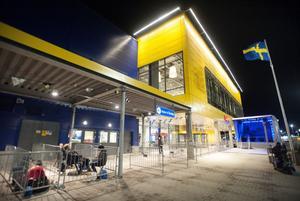 Redan klockan halvåtta på torsdagskvällen började de första köa inför Ikea-invigningen i morgon bitti.