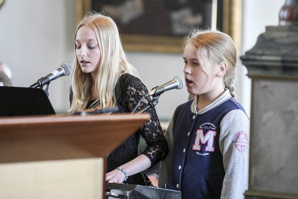 Emma Finnström och Fanny Forsman bjöd på sång.