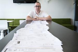 Mathias Westin visar upp räkningar från landstingets annonsering från mars i år fram tills nu.