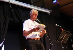 Arrangören Peter Lindgren läste ur Anders Ruben Wallbergs Kärrspôr, ett populärt inslag under kvällen.